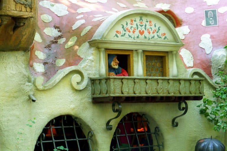 A dwarf looking through the window, Efteling