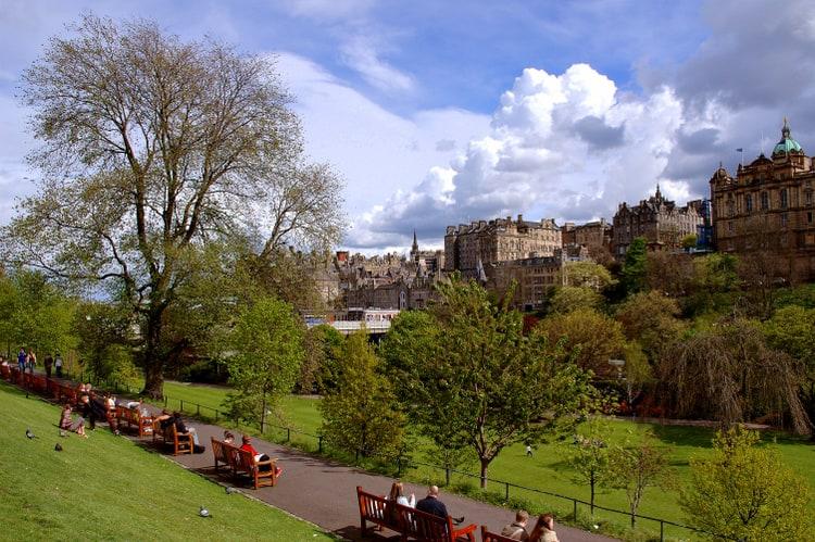 Walking through Edinburgh (very nice city!)