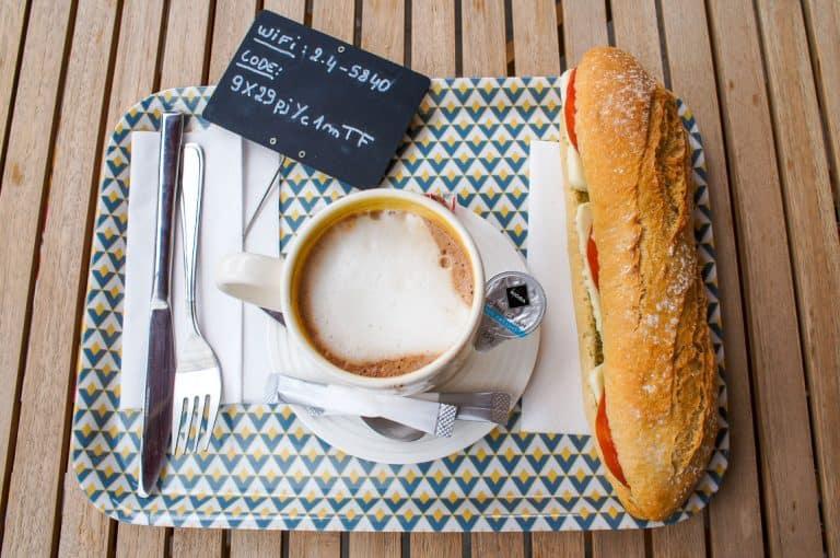 Baguette y café en Natural Fresh Food en Bruselas